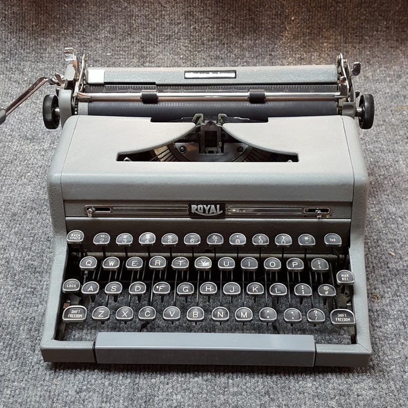 FREE SHIPPING 1950 Royal Quiet Deluxe Portable Typewriter Good image 0