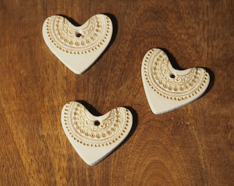 Boho wedding favors - Set of 3 clay heart decorations - Elegant wedding favour - Customisable heart wedding favours - Gold wedding decor
