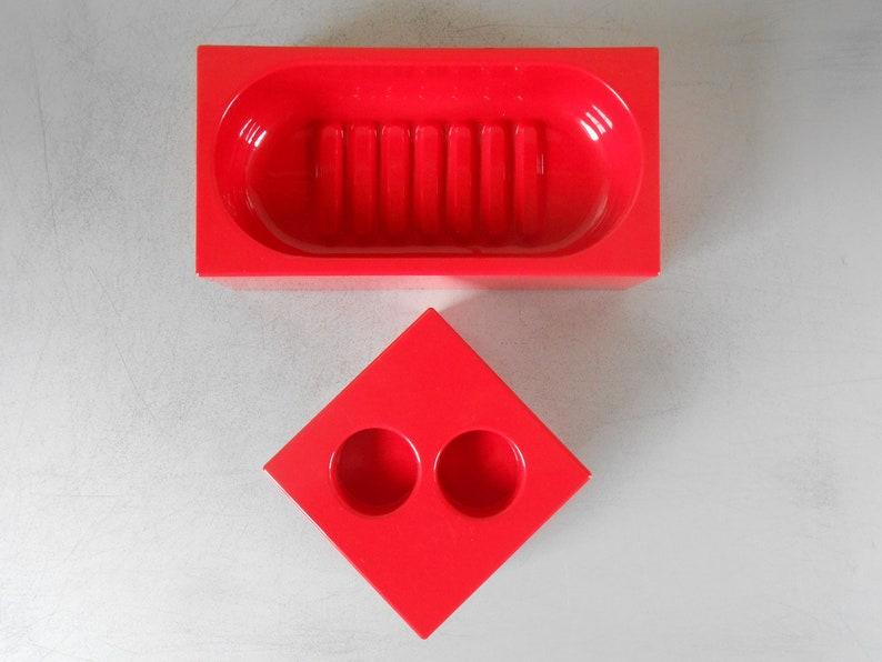 Set aus zwei Vintage 1980er Jahre Bad-Accessoires von Makio Hasuike für  GEDY Italien entworfen. Roten Kunststoff-Seifenschale. 80er Jahre design ...