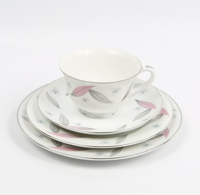 and Cup Mid Century Mod. Delicate Porcelain Grey Pink Feathers Luncheon Plt. NARUMI Serenade JAPAN Serenade 4 Piece Set Saucer B/&B