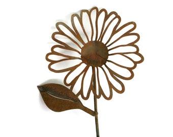 Rusty Metal Daisy Flower Stake Yard Art, outdoor flower stake, gift for her, flower garden, garden gift idea
