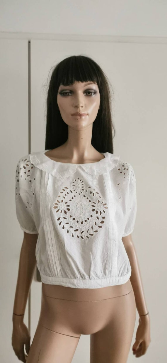 Top embroidered blouse white pleats and collar Cla