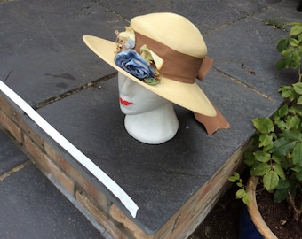 Fine straw picture hat from 1930s with grosgrain ribbon and faux flowers