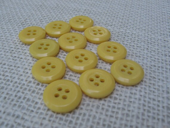 LOT OF 100 LIGHT YELLOW SWIRL COLOR 4 HOLE 9//16 INCH BUTTONS NEW