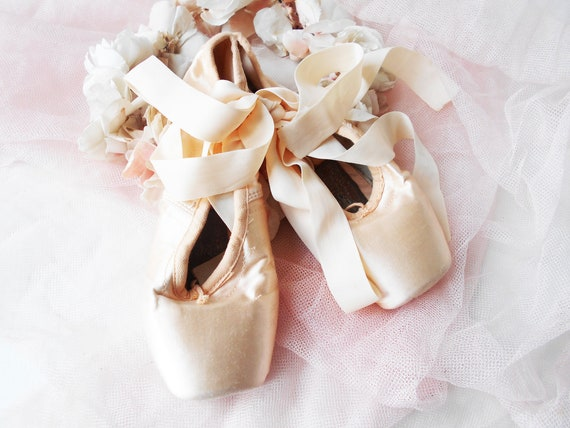 Fit Size 7.5 In blush pink and excellent condition Vintage ballet shoes