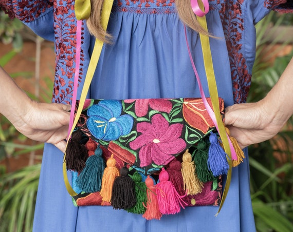 Etnic Clutch Bag multicolor embroidered flowers *bordados y poms poms* flores multicolor, estilo boho-folk