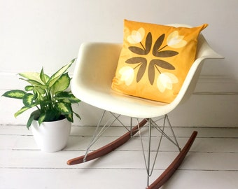 Tulips from Amsterdam Luxury Velvet Cushion Cover in Sunshine Yellow – Retro 60s 70s Mid-Century Dutch Scandinavian Pillow by Suzie London