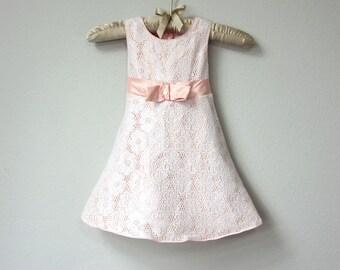 Doux bébé, robe de bébé fille, pêche Satin avec dentelle blanche, ceinture de ruban brillant et noeud, robe bébé, robe de Pâques, dimanche robe clair