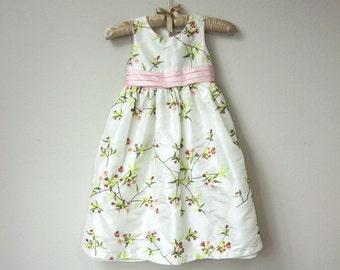 Douce petite fille Floral broderie robe blanche avec broderie rose et vert Pastel fleurs, Satin et Tulle avec ceinture de ruban de Satin rose