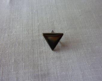 Clous triangle chaque côté mesurant 1cm