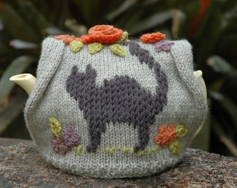 Cat tea cosy with flowers / handknitted in pure wool / medium tea cosy / gift for cat lover / cat in the garden