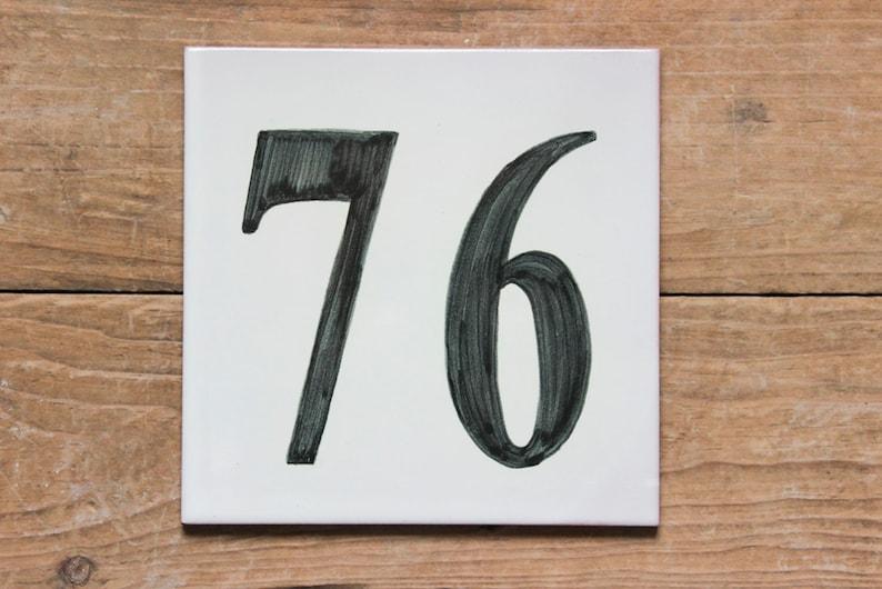 Piastrelle di ceramica di lettere e numeri che sono dipinte in etsy