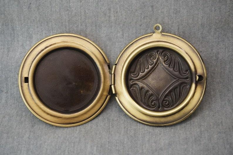 Z04889 3pcs Antique Bronze Plated Copper Round Locket Engraving Flower Carving Big Locket Photo Phase Box Charm Pendant 45x10mm