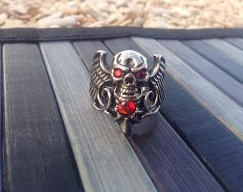 Steel skull ring with red microsvarovsky