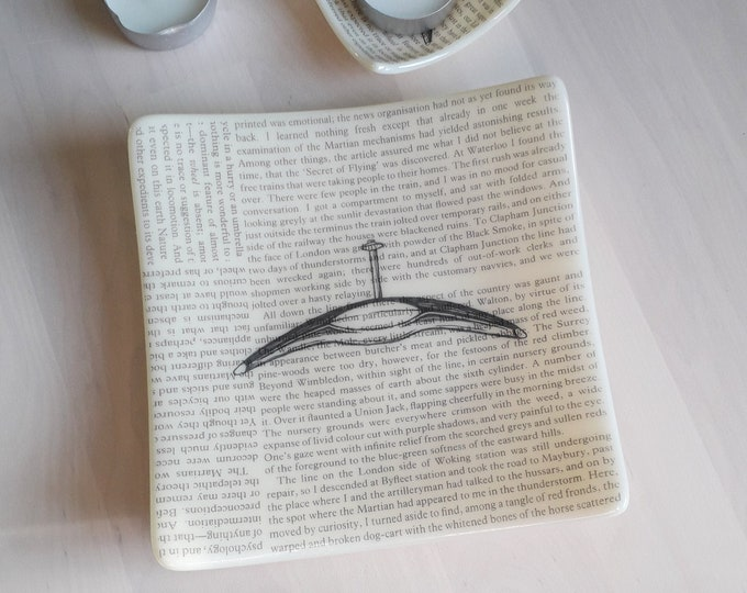 War of the Worlds fused glass dish, with text from the HG Wells book and Martian illustration on cream coloured glass.