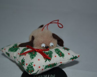 Brown puppy / holiday bed / red bow / tree decoration / brown / puppy / bed / red / bow / Christmas tree / ornament / tree ornament
