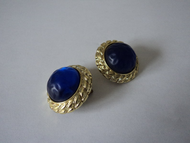 French vintage blue carbochon plastic clip on earrings 07579