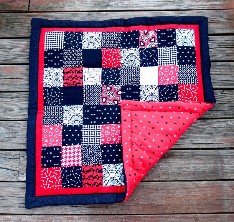 Padded HEARTS /& ARROWS Baby Quilt stuffed blanket-black white red-high-contrast-belly time-sense development-floor play mat-unique baby gift