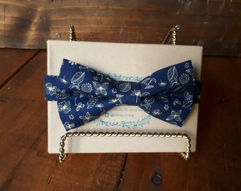 Adjustable men's bow tie.
