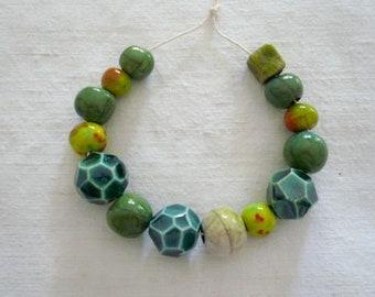 14 perline ceramica nei toni del verde - perline raku verdi - collana ceramica  - gioielli originali - regalo amica - perline - ceramica