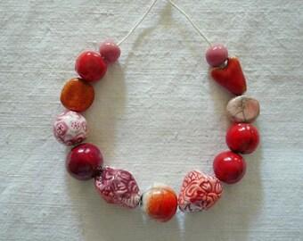 13 perline ceramica rosa e rosse - perline ceramica per collana - gioielli originali - idea regalo amica - autunno - per lei -ceramica  raku