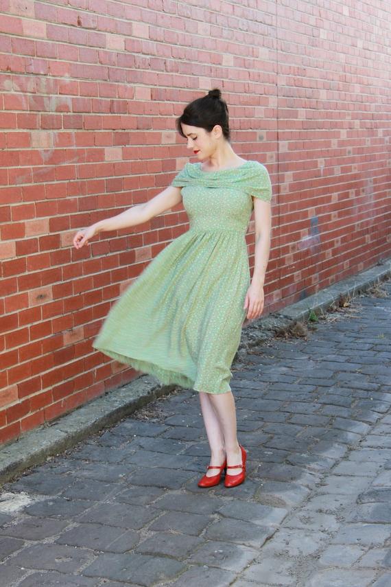 Vintage 1940s Green Daisy Floral Print Rayon Dress