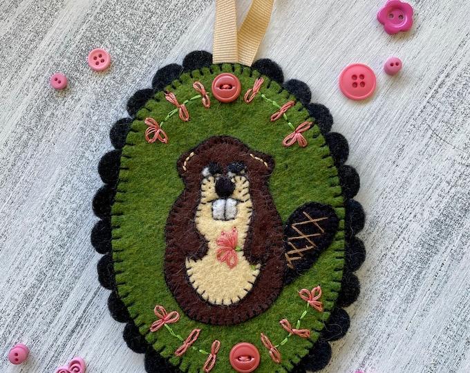 Felt ornament - beaver with flowers