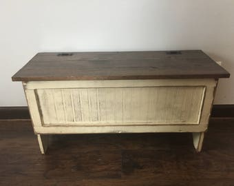 Incroyable Distressed Storage Bench Weathered Cream Finish