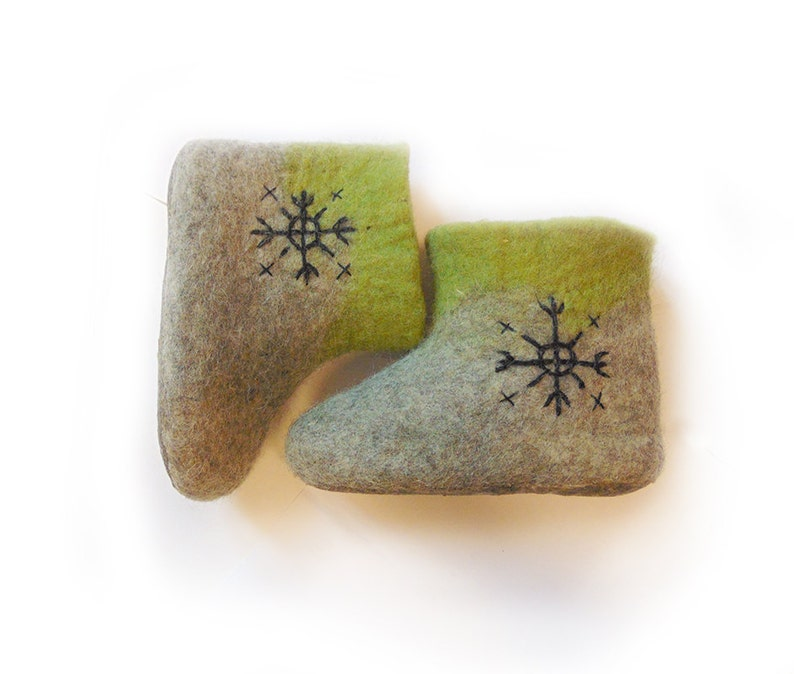 Gefilzte Stiefel gefilzt grau Wolle Hausschuhe für Kinder grau grünen Filz Hausschuhe Eco Geschenk Handarbeit Gefilzte Hausschue Baby Stiefel Wolle