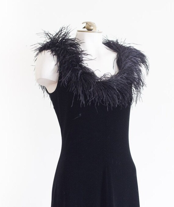 Black velvet sleeveless gown with marabou feather… - image 5
