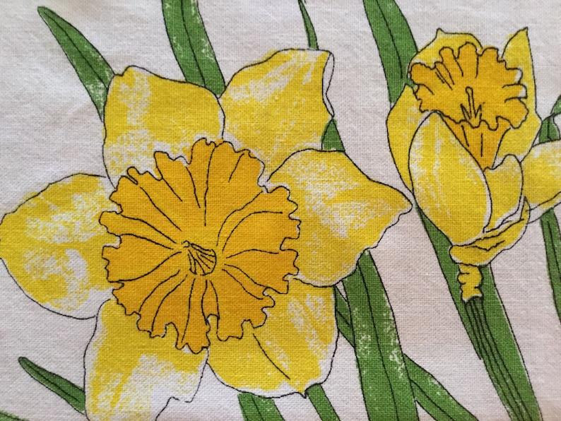 white yellow green daisies jonquils Vintage 1960s cotton Vera Neumann floral napkins retro mid-century kitsch Vera ladybug- set of 2