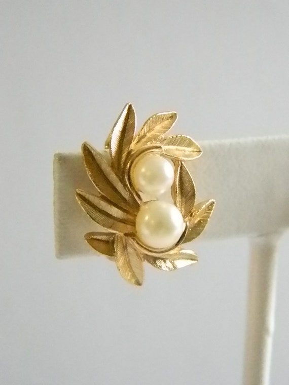 Choker Necklace and Wreath Brooch Avon Pearl and Brushed Goldtone Leaf Jewelry Set