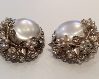 Vintage Pretty pearl and flower clip on earrings