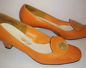 Cool pair of Vintage Paradise Kittens Shoes Orange modern 60s heels size 7B Womens