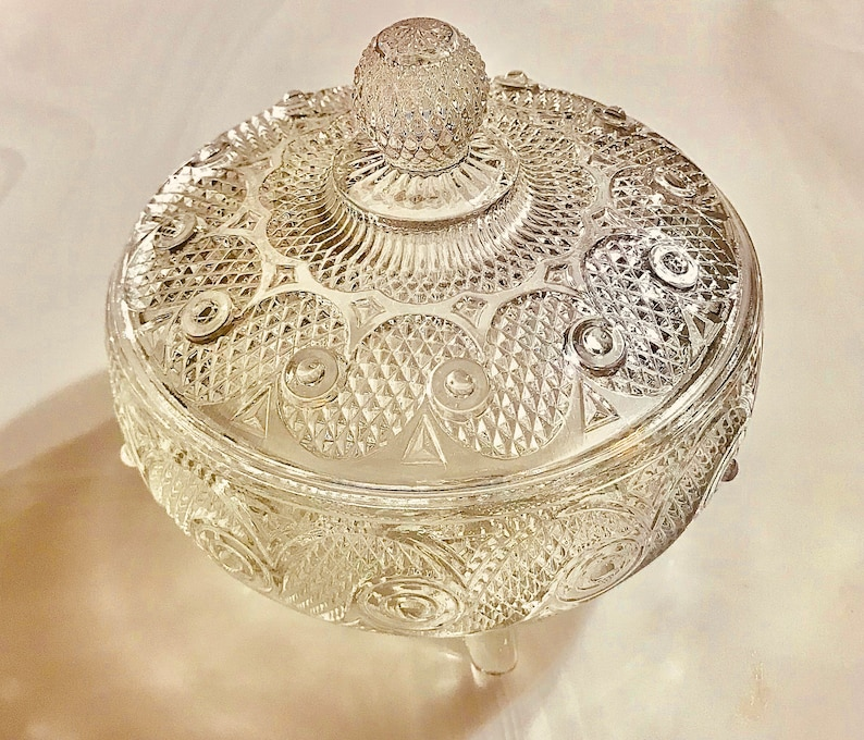 Vintage Candy dish round with 3 feet and with cover. Diamond Swirl design d\u00e9pression glass