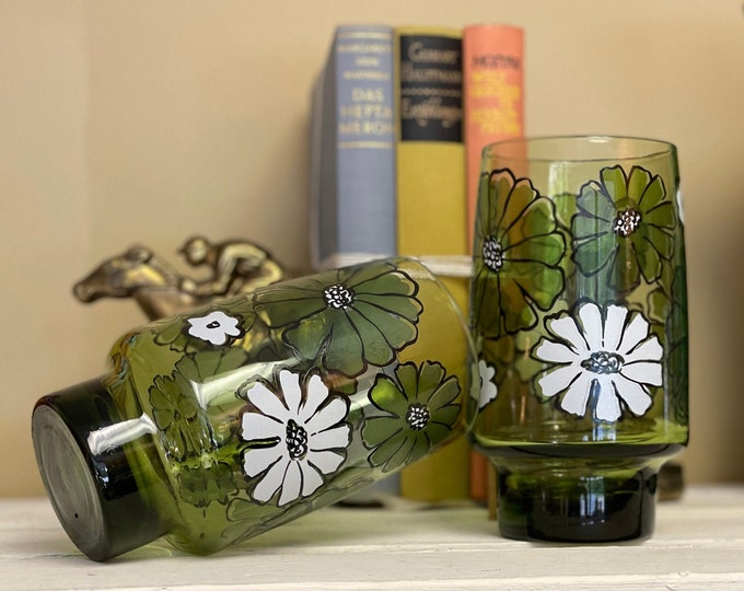 Cheerful Pair of 1970s Green Camellia Tumblers by Libbey Glass Co,camelliagreen,libbeycamillia,greenglass,1970sglassware,greenkitchen