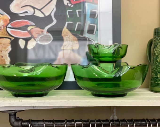 Vintage Anchor Hocking, Accent Mordern, Forest Green Chip and Dip Set w/ Metal holder, Two (2) chip bowls, One (1) dip bowl, Christmas table