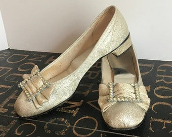 51a2b18a34f1 Vintage 1960s Silver Lame Low Heeled Pumps with Rhinestone Buckled Bow  Marked Size Seven