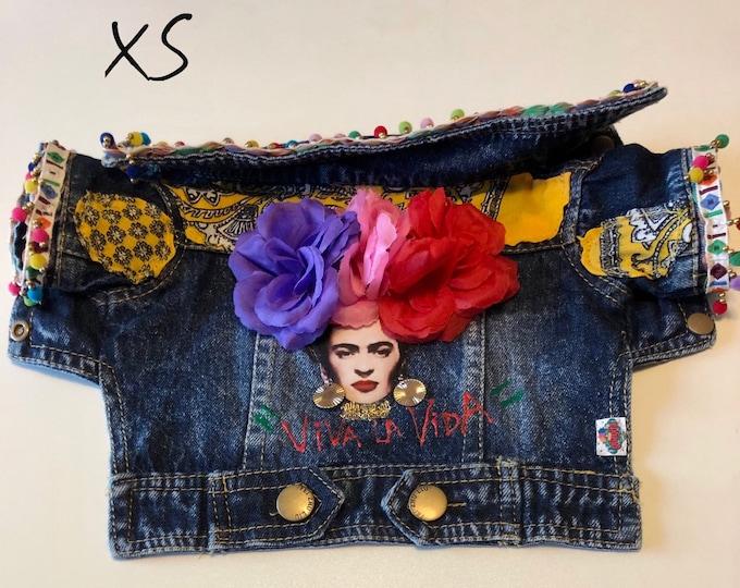 Chamarra de mezclilla folklorica para perro/ Chamarra de mezclilla de icono Mexicano/ Chamarra de mezclilla de Frida hecha a mano