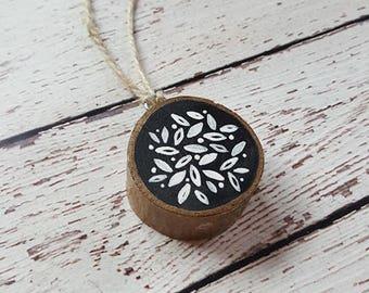 Flower Ornament, Rustic Ornament, Wood Slice Ornament, Wood Ornament, Chalkboard Painting, Chalkboard, Leaf Pattern