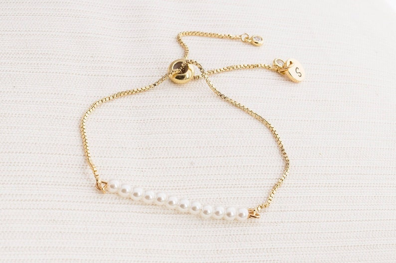 Gold Pearl and initial bracelet Pearl bracelet Initial image 0