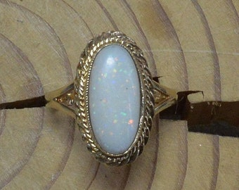 Vintage Traditional Gold and Opal Ring