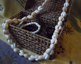 Vintage 37 Inch Ring Top Cowrie Shell Lei Necklace