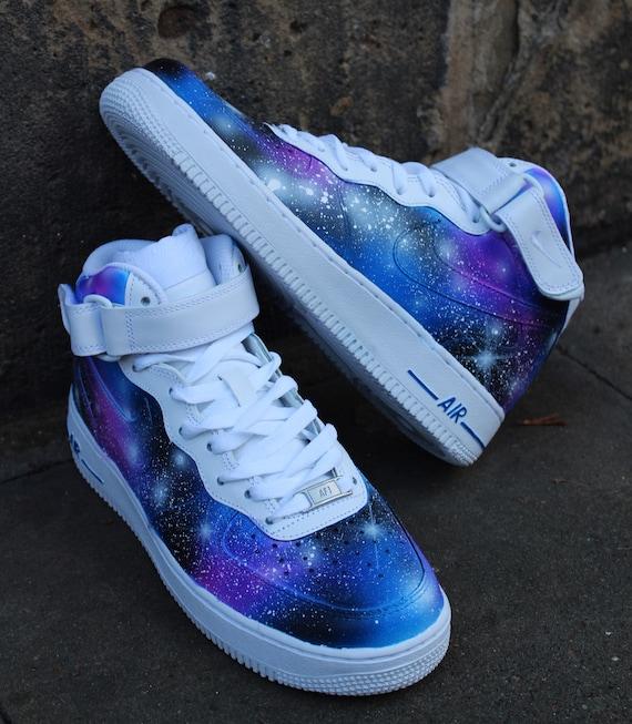 Chaussures peintes Nike Air Force 1 Mid GALAXY Style Airbrush