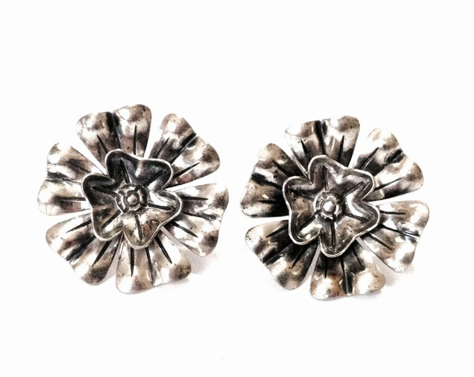 "A Pair of Early 1930's Southwestern Art Nouveau Hammered Flowering Screwback Earrings / Sterling Silver, 1x1x.75"", 7.73 Grams #4029"