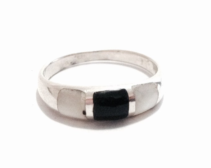A Delicate Mid-Century Southwestern Channel Inlaid Agate & Onyx Ring / Sterling Silver, size 8, 2.86 Grams #3686