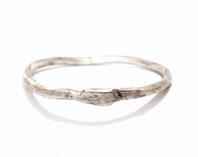 An Elegant Handmade Modernist Hammered Band Ring / Sterling Silver, USA Ring Size 8, .81 Grams #4008
