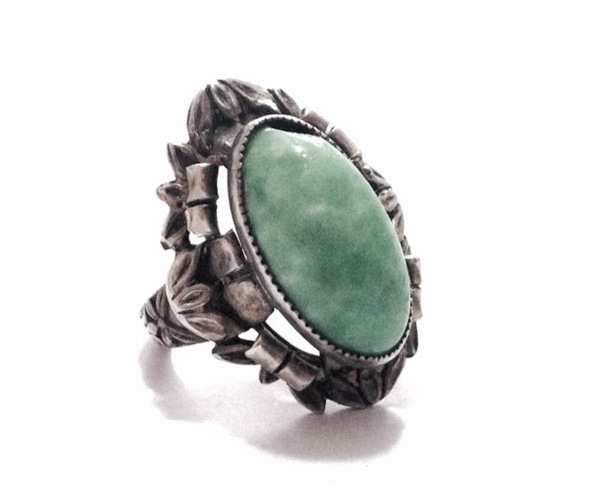 A Solitaire (Chipped) Green Stone Cabachon on an Ornate Art Nouveau Setting / Sterling Silver, USA Ring Size 3.5, 6.18 Grams #3329