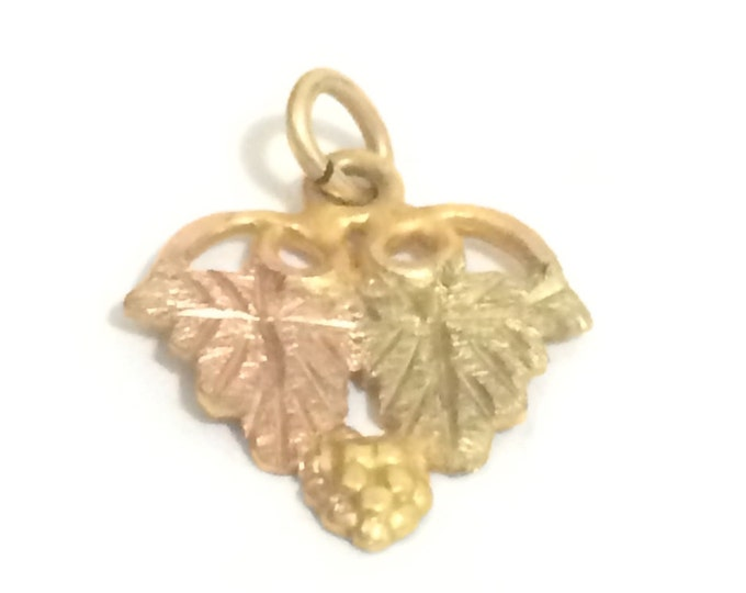 "A Cute Mid-Century Layered Leaf Pendant-Charm / 10k Yellow Gold, .5x.6x.125"", .44 grams #4173"