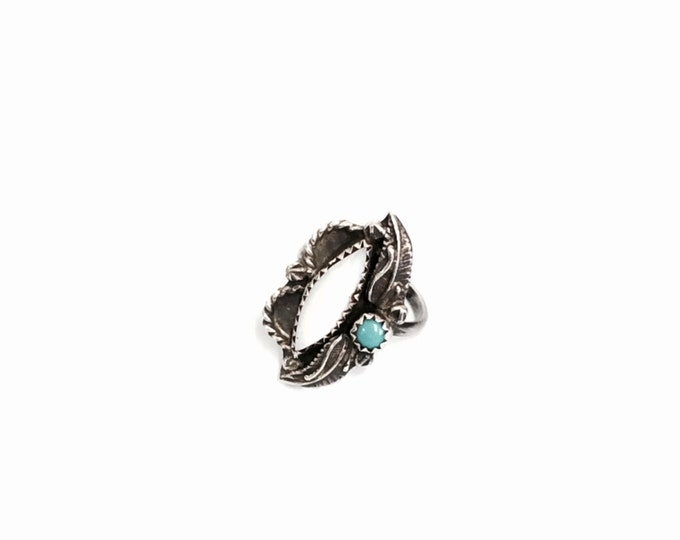 A Delicate Mid-Century Southwestern Etched Sterling Silver, Turquoise & White Shell Embossed Ring, USA Ring Size 4, 2.93 Grams #2979